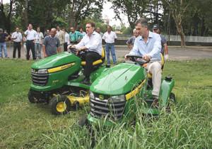 Macri y Santilli cortando el yuyal en el parque