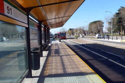 Andén del Metrobús sobre Avenida Roca
