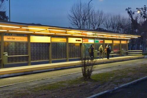 Estación Piedrabuena de noche - Metrobús Sur