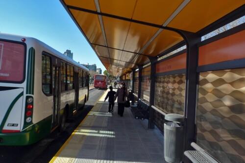 Pasajeros y Colectivos en la parada Lisandro de la Torre