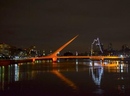 Puente de la Mujer iluminado con luz naranja